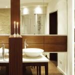 Badezimmer in Nußbaum mit Natursteinmauer