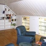 Dachausbau _ In Schräge eingebautes Bücherregal und Schrankanlage. Schränke teilweise als Vitrinen mit Ganzglastüren ausgeführt