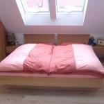 Doppelbett in Buche mit Kleiderschrank in der Dachschräge