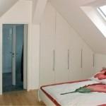 Einbauschrank im Schlafzimmer in der Dachschräge