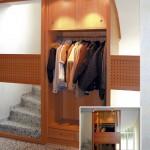 Garderobe in der Trreppe _ Eine Gleittüranlage schließt hier nach Wunsch entweder den Treppenbereich, oder die Gaderobe aus Massivholz