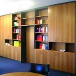 Schrankwand für Chefbüro in Birnbaum furniert_ Regale silberbarig lackiert _ schalldämmende Tür zum Vorzimmer integriert