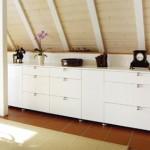 Sideboard unter der Dachschräge, Oberflächen in weißem Schleiflack.