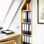 Stauraum nutzen _ Eingepasster Schreibtisch unter Dachfenster kombiniert mit einem bündig in vorhandene Nische eingebautes Regal für Akten.
