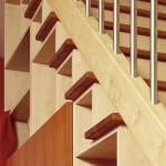 Treppe auf Schrank aus Ahorn+Kirschbaum, Geländerstäbe aus Edelstahl-Rundrohr. Stabile, verwindungssteife Korpusse, 40 cm starke, massive Stufen.