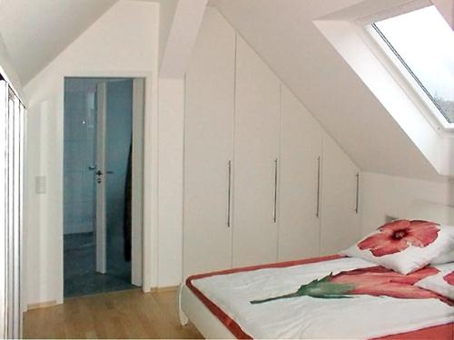 Einbauschrank im Schlafzimmer in der Dachschräge ...